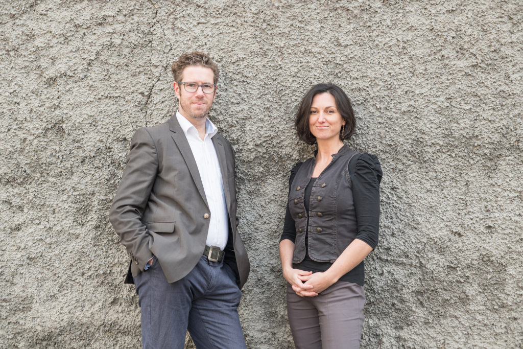 Johanna und Ed Wohlfahrt, zu je 50% Teilhaber der Wohlfahrtzone. Sie bietet Online PR, Public Relations, Content-Marketing und Online-Marketing