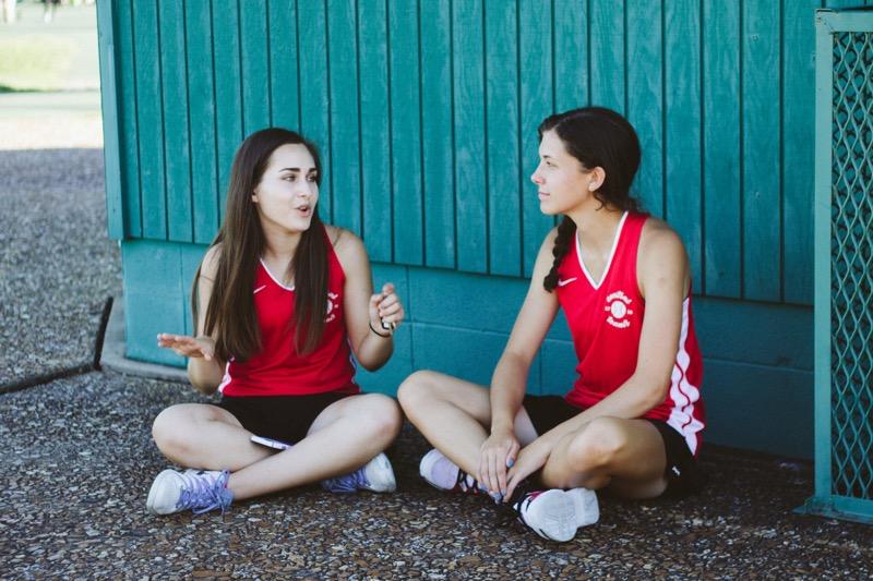 Zwei junge Frauen im Gespräch. Die eine spricht, die andere hört aufmerksam zu. Es geht also um Storylistening und weniger um Storytelling.