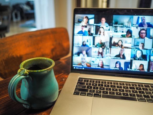 Erschöpft durch Zoom, Mircrosoft Teams oder Skype? Die eigene Kamera für zehn Minuten abzuschalten bedeutet für unser Gehirn weniger Stress und für uns ein entspannteres Meeting