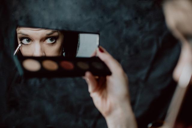 Der Blick in den Spiegel führt führend Zoom Calls dazu, dass wir uns selbst besonders kritisch sehen und auch bewerten.